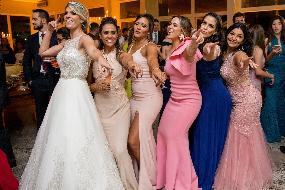 As madrinhas e as noivas curtindo e fazendo coreografia na pista de dança.