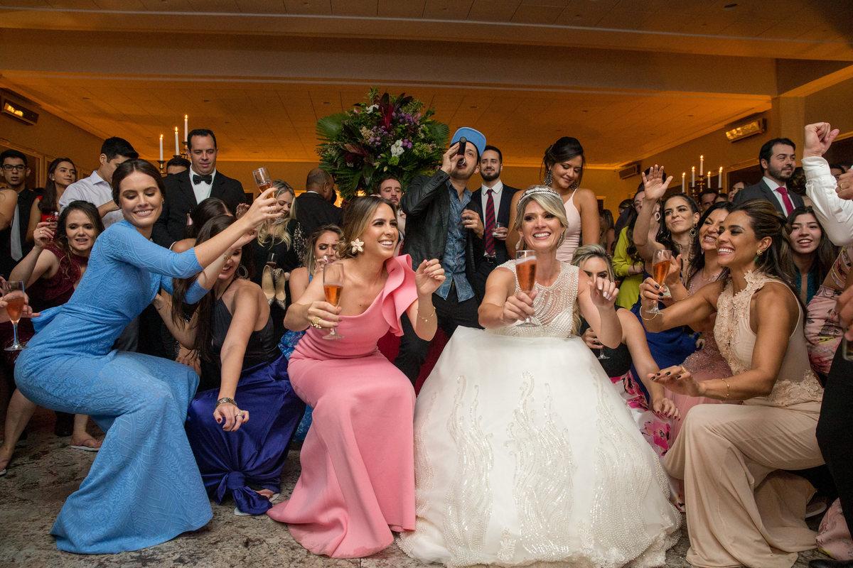 Chão, chão, chão...a noiva vai até o chão e dança do começo.