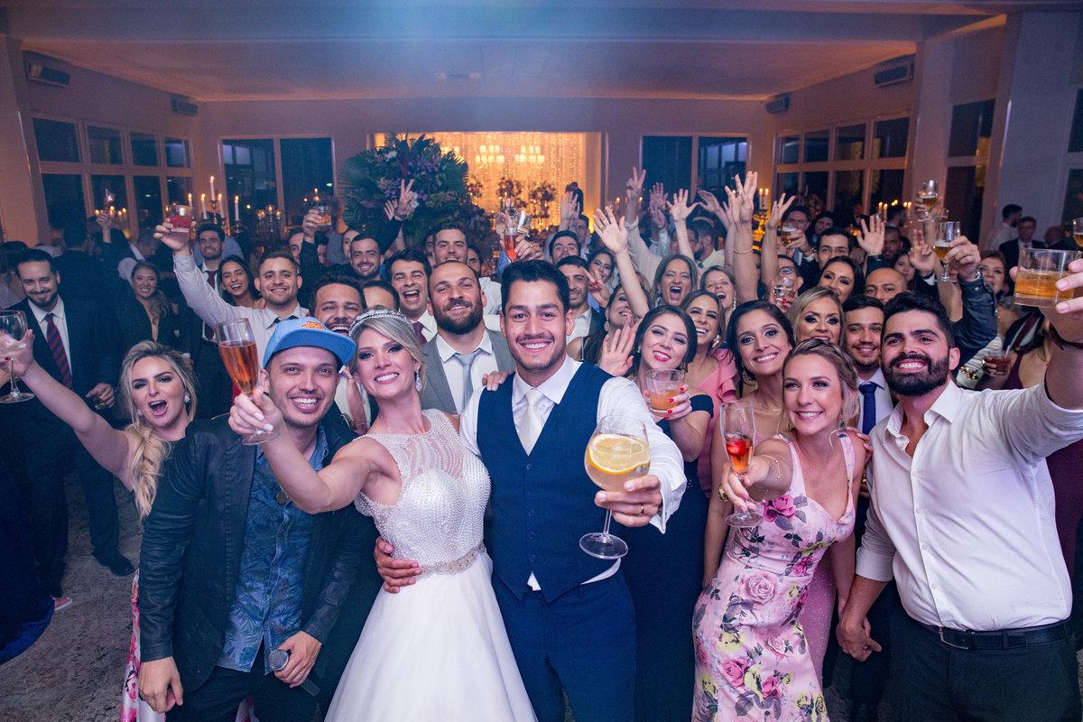 E como todos o eventos tem acabado, uma foto estilo self com todos os convidados, os noivos e o cantor da banda.