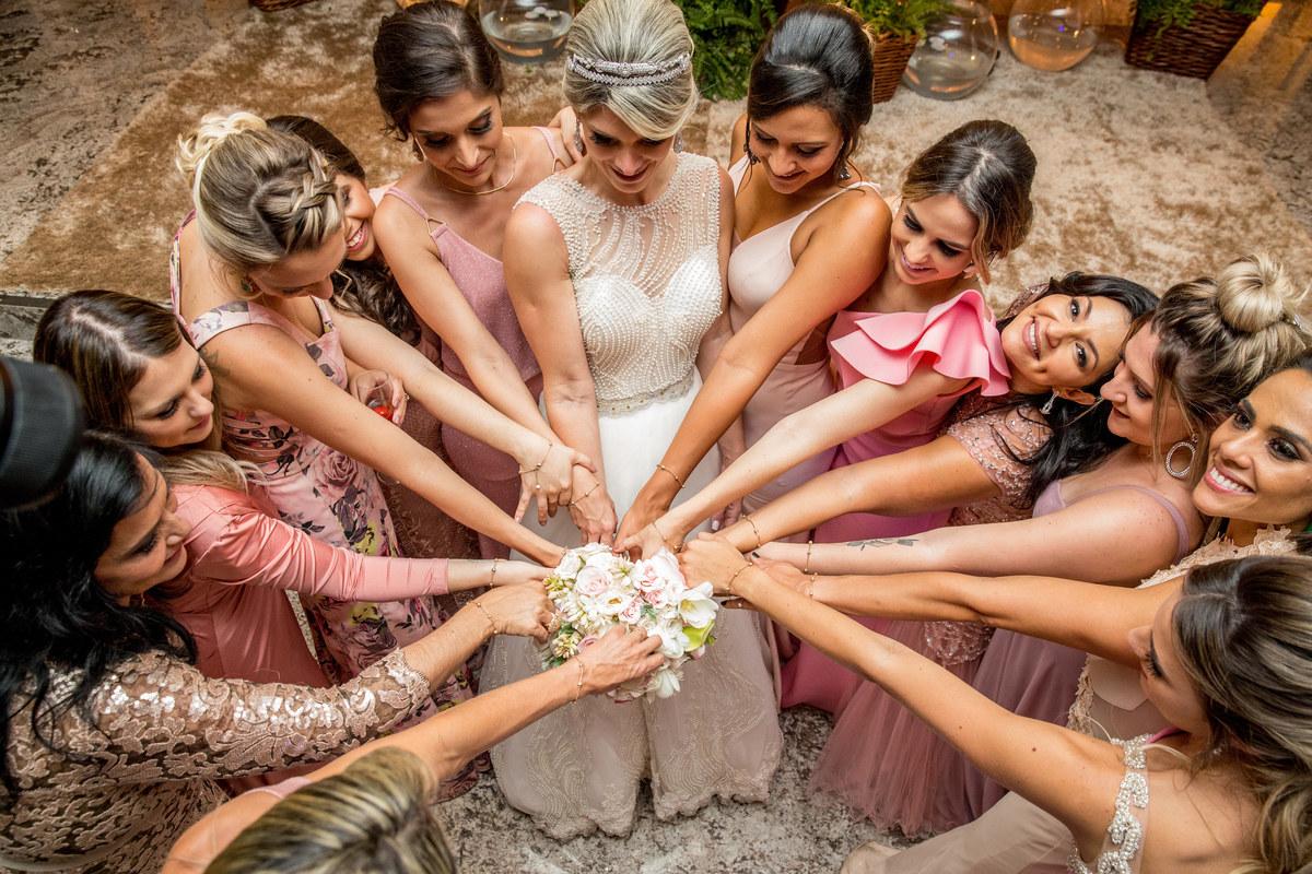 Um detalhe da noiva com as madrinhas, ela presenteou cada uma delas com uma pulserinha personalizada.