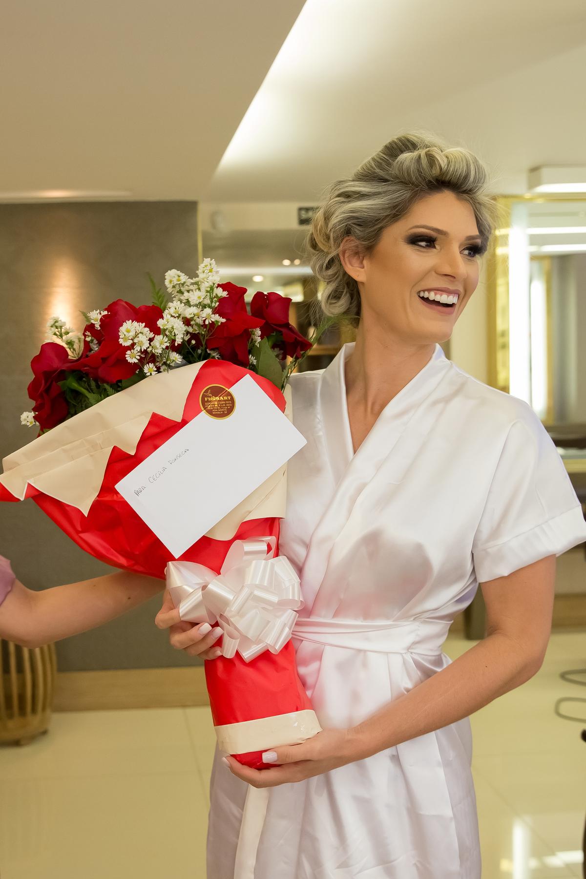 Surpresa...o noivo manda flores para sua amada noiva, um lindo buquê de rosas vermelhas.