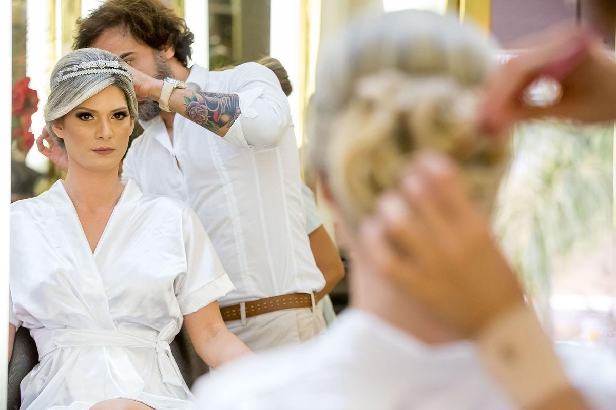 Paulo Rogério fazendo os últimos ajustes no penteado,  um belíssimo coque.