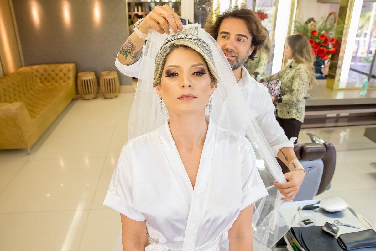 Colocando o véu da noiva, uma linda mantilha.