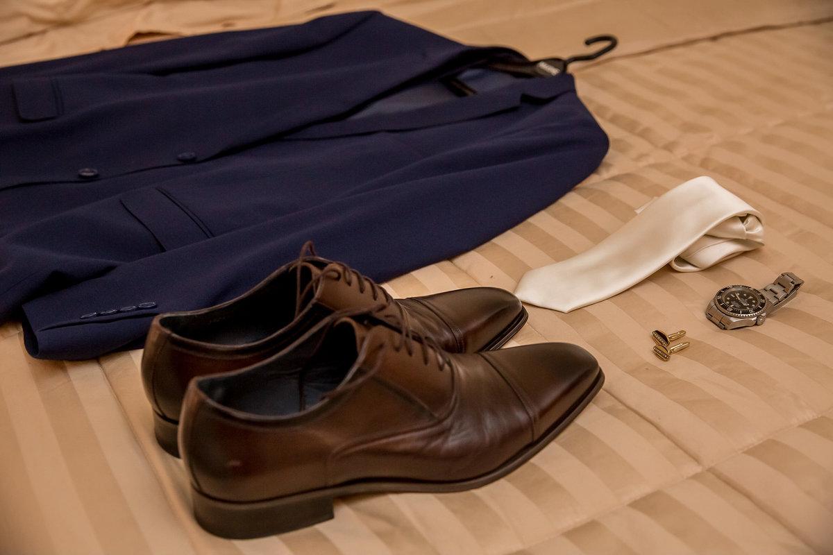 O traje do noivo...terno do noivo em tom azul marinho, sapato marrom, gravata perolada, um lindo relógio e as abotoaduras.