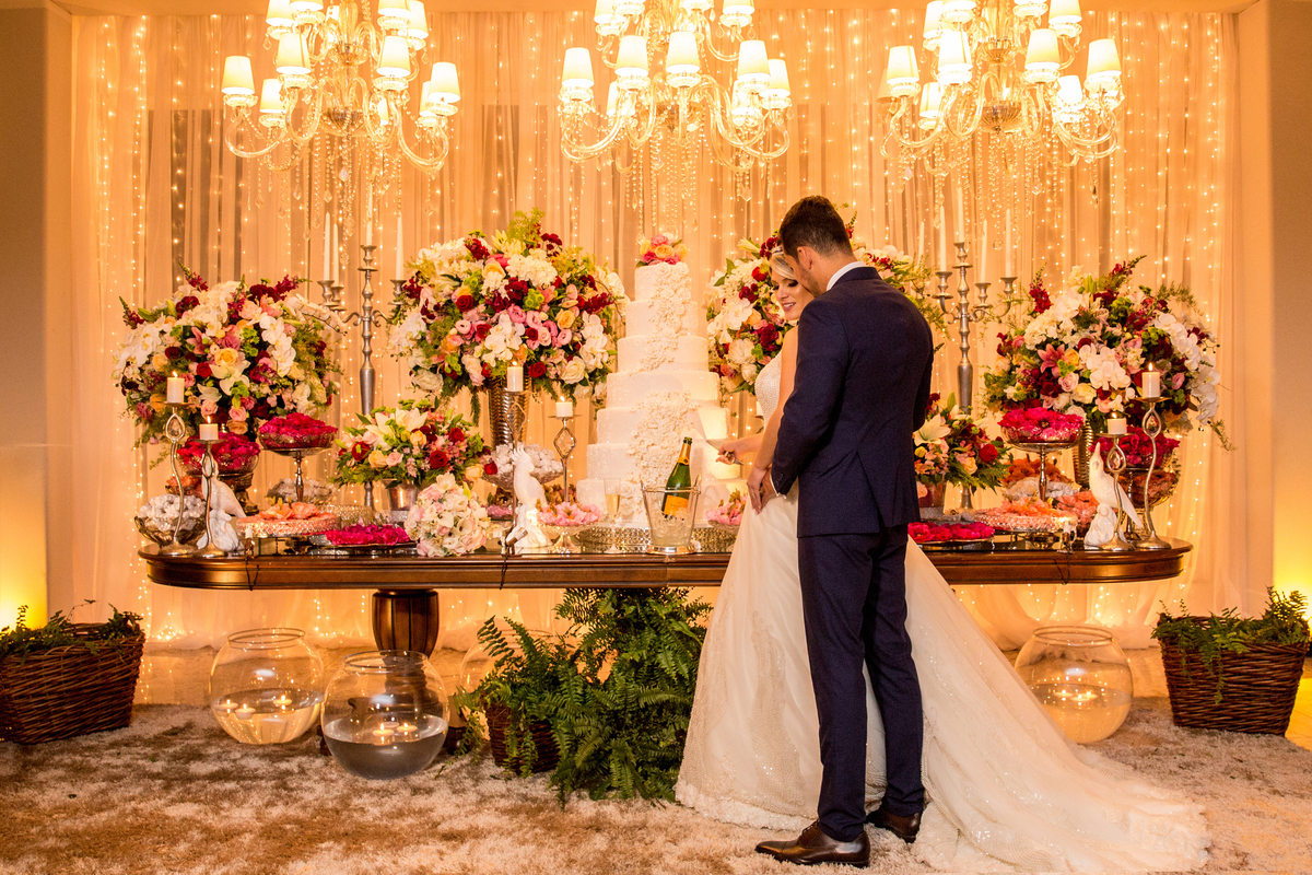 A mesa do bolo ficou simplesmente linda, maravilhosa, com o mais novo casal de Brasília.