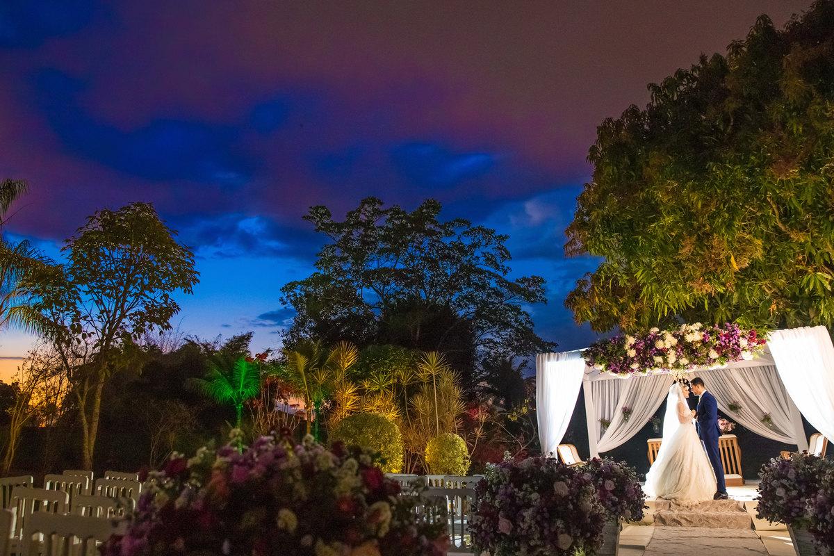 Com a linda decoração da cerimonia no espaço Contemporâneo Park, o gazebo todo decorado com flores e os noivos apaixonados posam para as fotos.