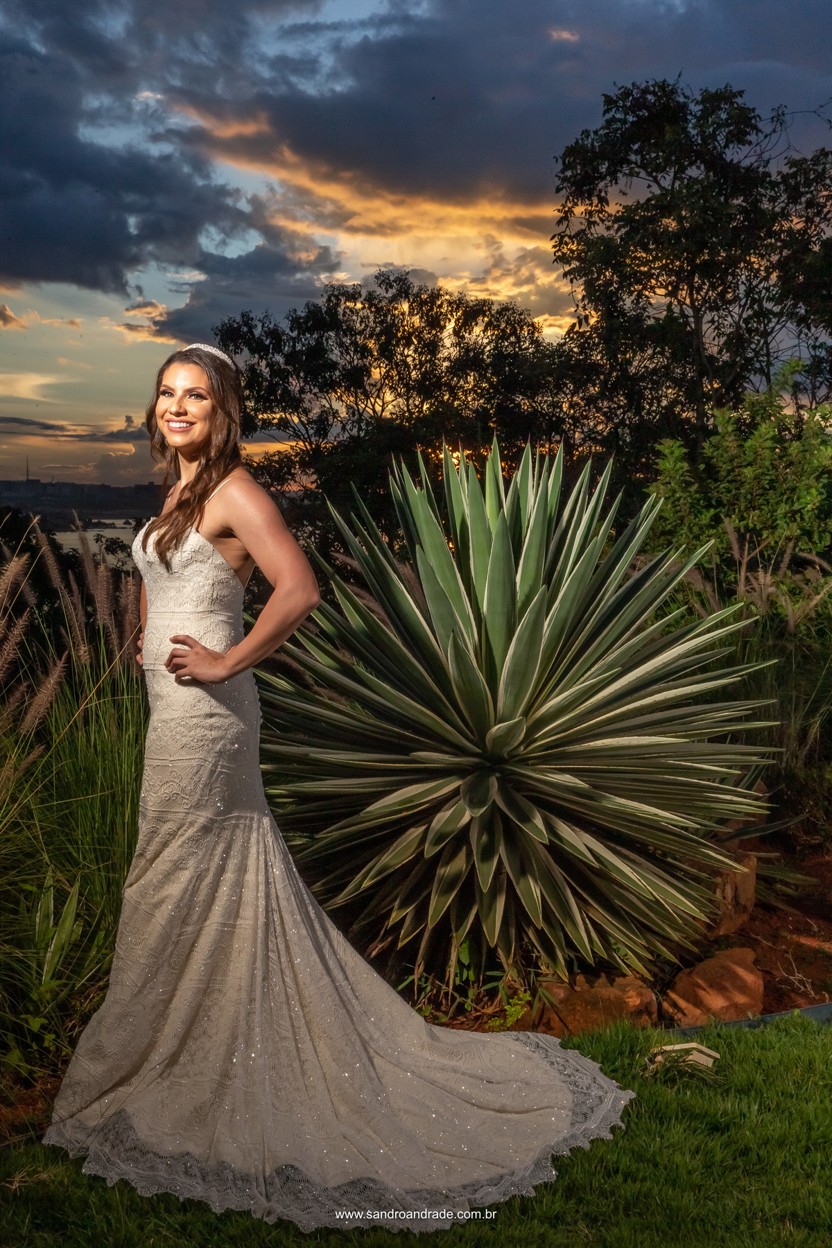 Com o finalzinho do por do sol, Amanda posa na frente do jardim ao lado do gazebo, está será o mesmo horário que a cerimonia de casamento dela acabará, uma prévia e como será no grande dia.