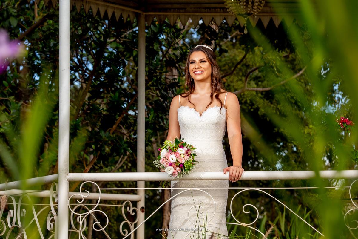 A linda noiva Amanda escolheu a Villa Giardini como locação para sua prévia de noiva, linda e bem produzida, ela veste um modelo do atelier Maria Virginia, makeup por Isabel de Santis. Retrato da noiva dentro do coreto.