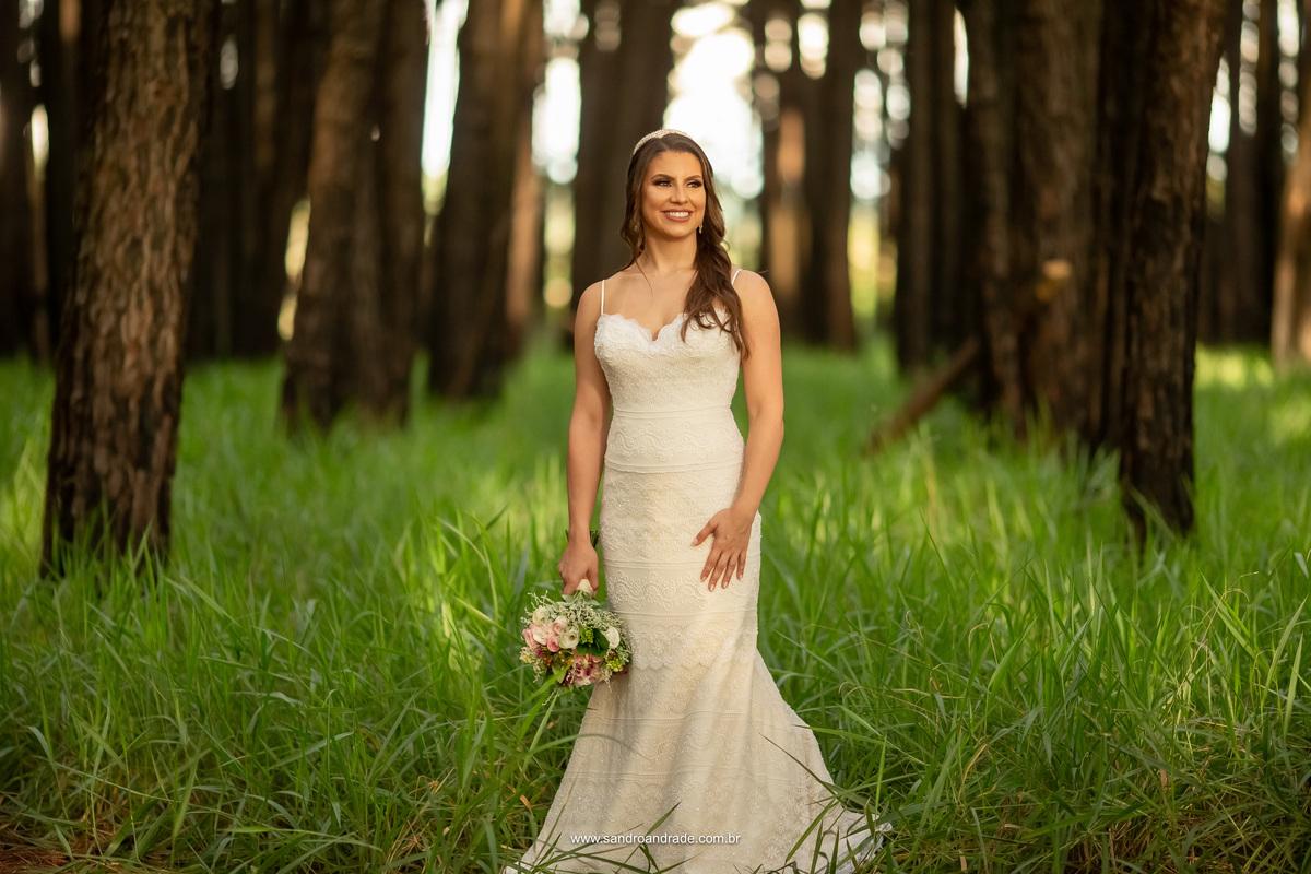 Retrato d noiva em meio no meio dos pinheiros, mais uma para esta linda coleção.