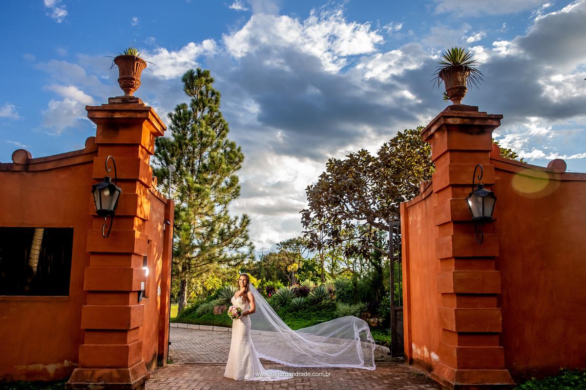 Ainda na frente da Villa a noiva pediu uma fotografia de casamento com o véu voando e temos esta belíssima imagem com um céu lindo em uma composição perfeita.