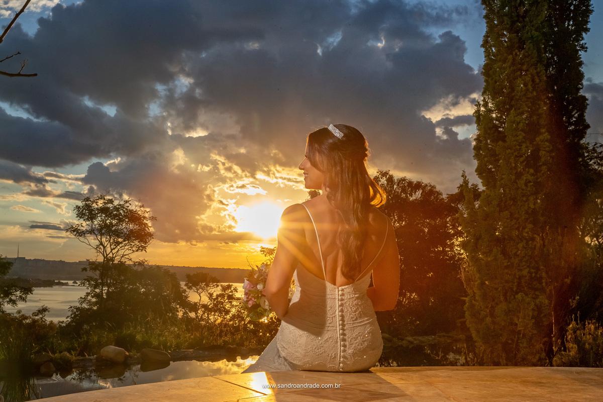 Amanda disse a Sandro Andrade um dos melhores fotógrafos do DF que achava lindas as fotos do por do sol, então Sandro caprichou e fez esta linda imagem da noiva com o por do sol e muitos raios de sol que passam pelas costas da nossa noivinha.