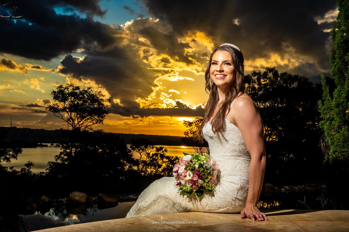 Retrato da noiva por Sandro Andrade fotografo de casamento em bsb, na Villa Giardini. Um lindo céu amarelo e azul, com muitas sombras das núvens.