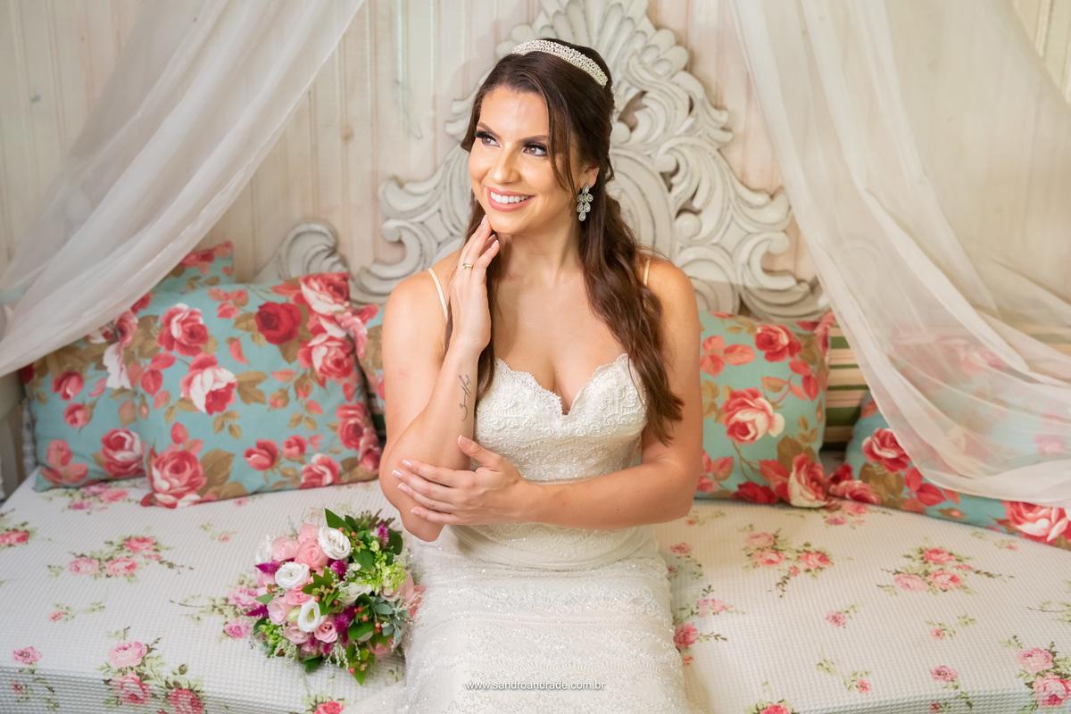 Exibindo suas lindas joias e uma tatuagem com a assinatura de seu pai ja falecido, Amanda sorri pensando no seu grande dia que está chegando.