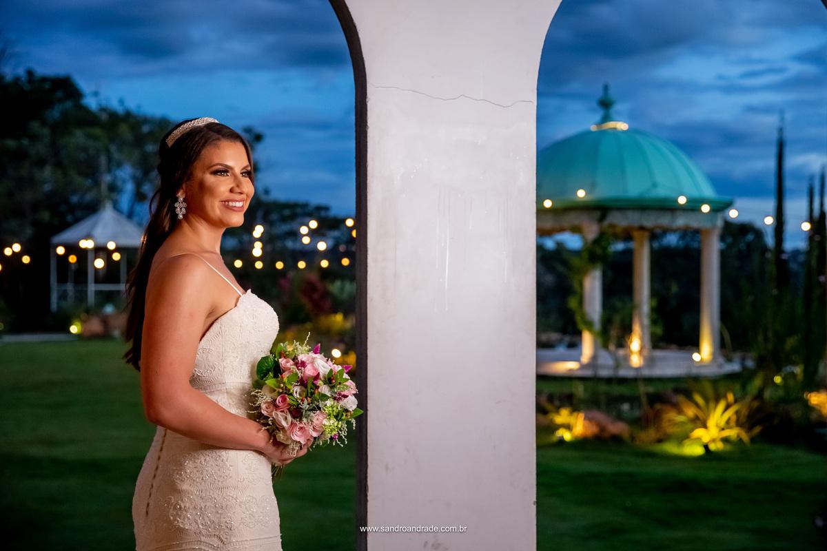 Para fechar esta linda coleção, um retrato da noiva mostrando o gazebo ao fundo e um lindo céu com as luzes do varal de luz brilhando e formando lindos pontos de lua, Amanda está radiante e linda. Ensaio prévia de noiva feito por fotógrafo de casamento.