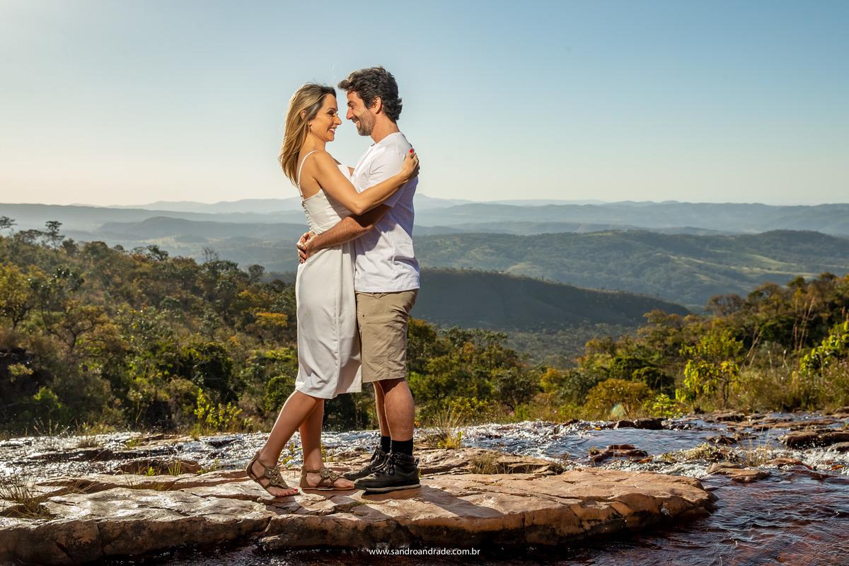 Em pé e com toda a vista do serrado, o lindo casal posa o fotógrafo Sandro Andrade, fotógrafo premiado de Brasília.