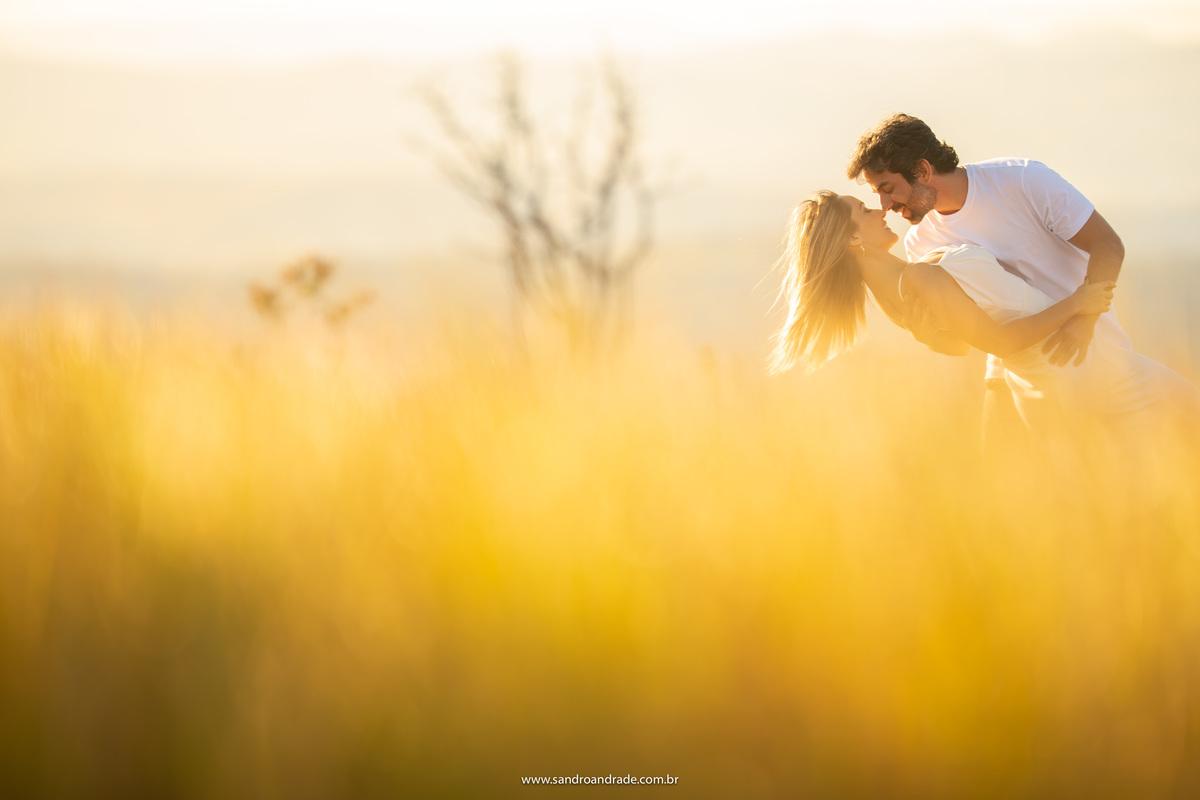 Amarelo do serrado, cabelo ao vento, um beijo e um retrato maravilhoso.