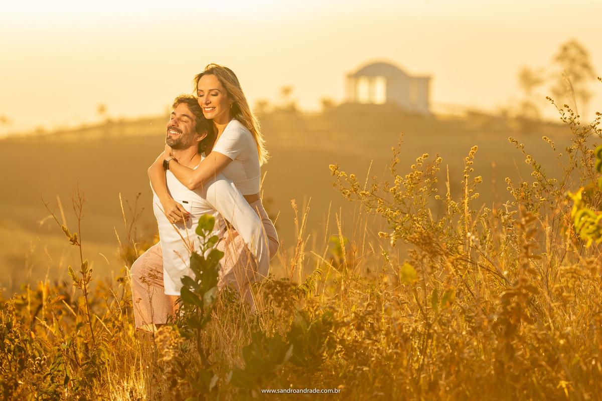 De olhos fechados, com a noiva nas costas, eles estão bem agarradinhos em um momento só deles, as vésperas do grande dia.