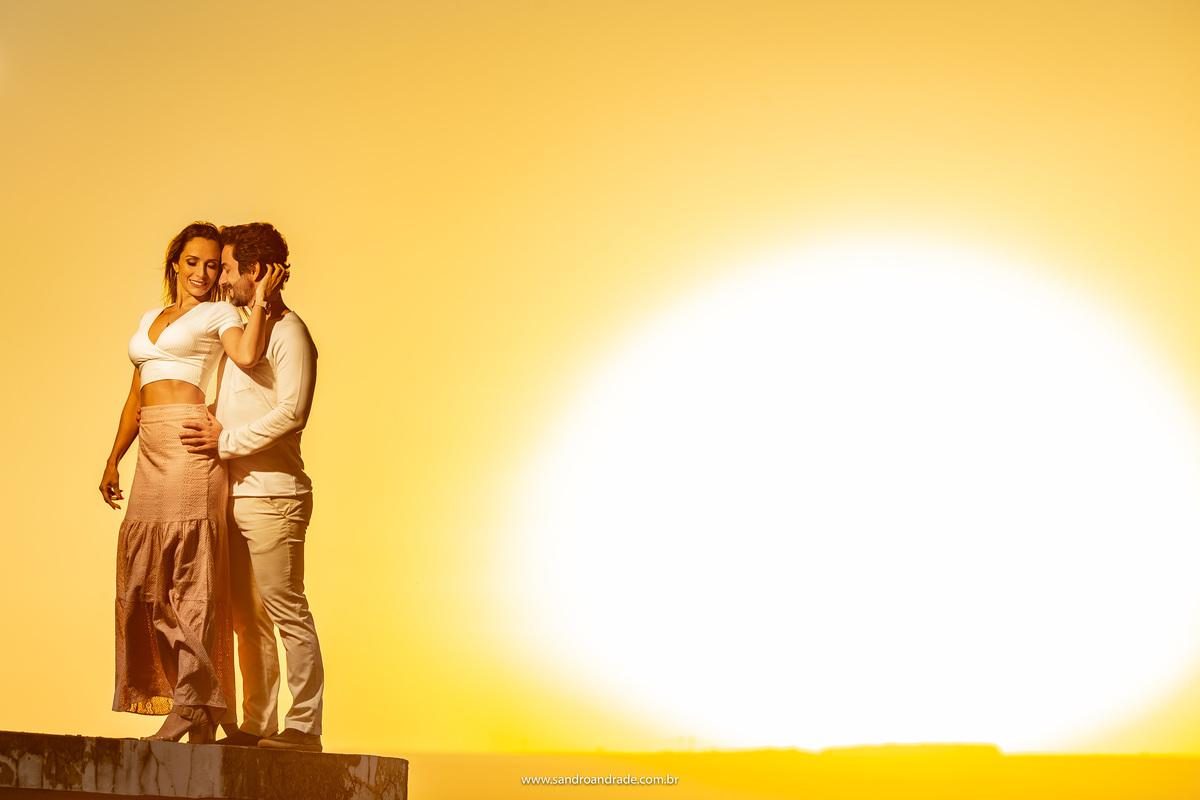 Retrato dos noivos com um belíssimo por do sol.