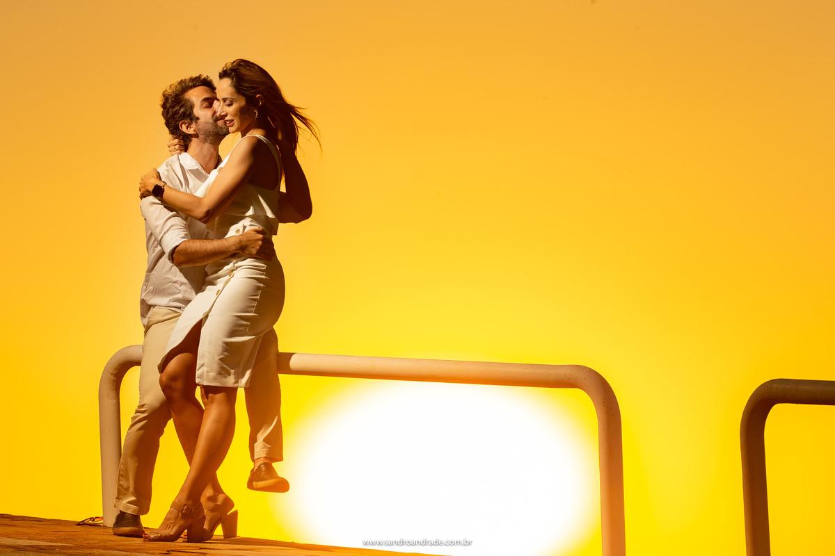 Esse casal é muito especial, muito amor envolvido em uma foto só, um beijo, um abraço, o por do sol e muita cor, marca registrada de Sandro Andrade fotógrafo em BSB.