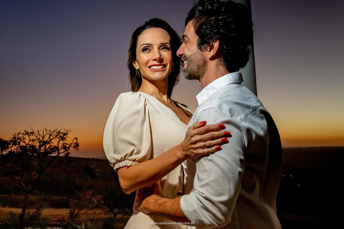 Um close, o noivo olhando para Adriana e ela olhando para o horizonte.