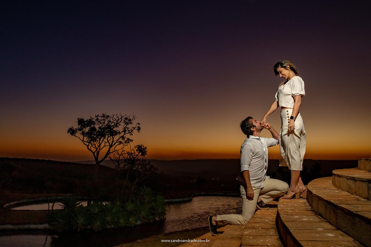 Todos os dias Igor cumprimenta a Adriana na cozinha como se fosse a primeira vez, ele se ajoelha a seus pés e beija sua mão, a pedindo em casamento, dia após dia, é isto que esta fotografia mostra na escadaria do paraíso na Terra.