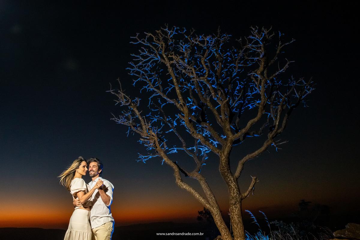 Já estávamos no carro  e Sandro olhou para esta árvore seca e sem folhas, então descemos, ele colocou um flash azul por trás dela e complementou com o casal, dançando com este lindo céu de fundo em baixo da árvore.