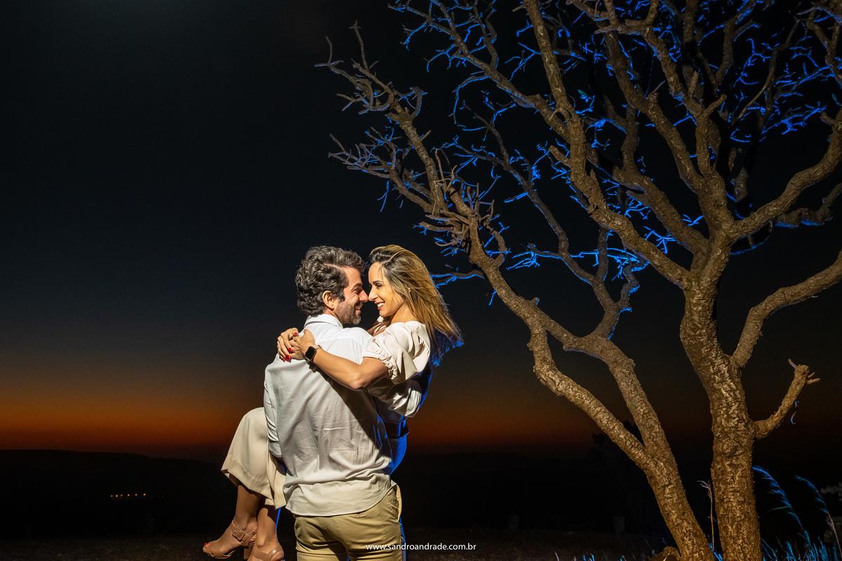 Ainda na árvore, com o mesmo céu e com sua noiva nos braços, eles se olham apaixonados.