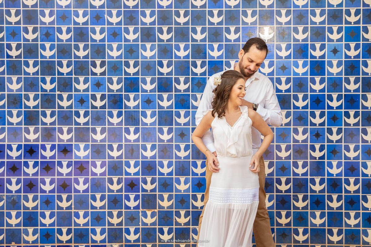 Luciana e Paulo, um jovem casal de advogados prestes a dizer o sim, escolheram os pontos de Brasília para o ensaio fotográfico. o casal está bem sorridente, na igrejinha da 308 sul, posando nos famosos azulejos de Athos Bulcão.