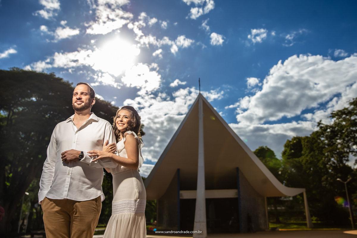 Na frente da igrejinha, Sandro um dos melhores fotógrafos de casamento em BSB, pede que o casal olha na direção do comercio local e o resultado é esta belíssima fotografia.