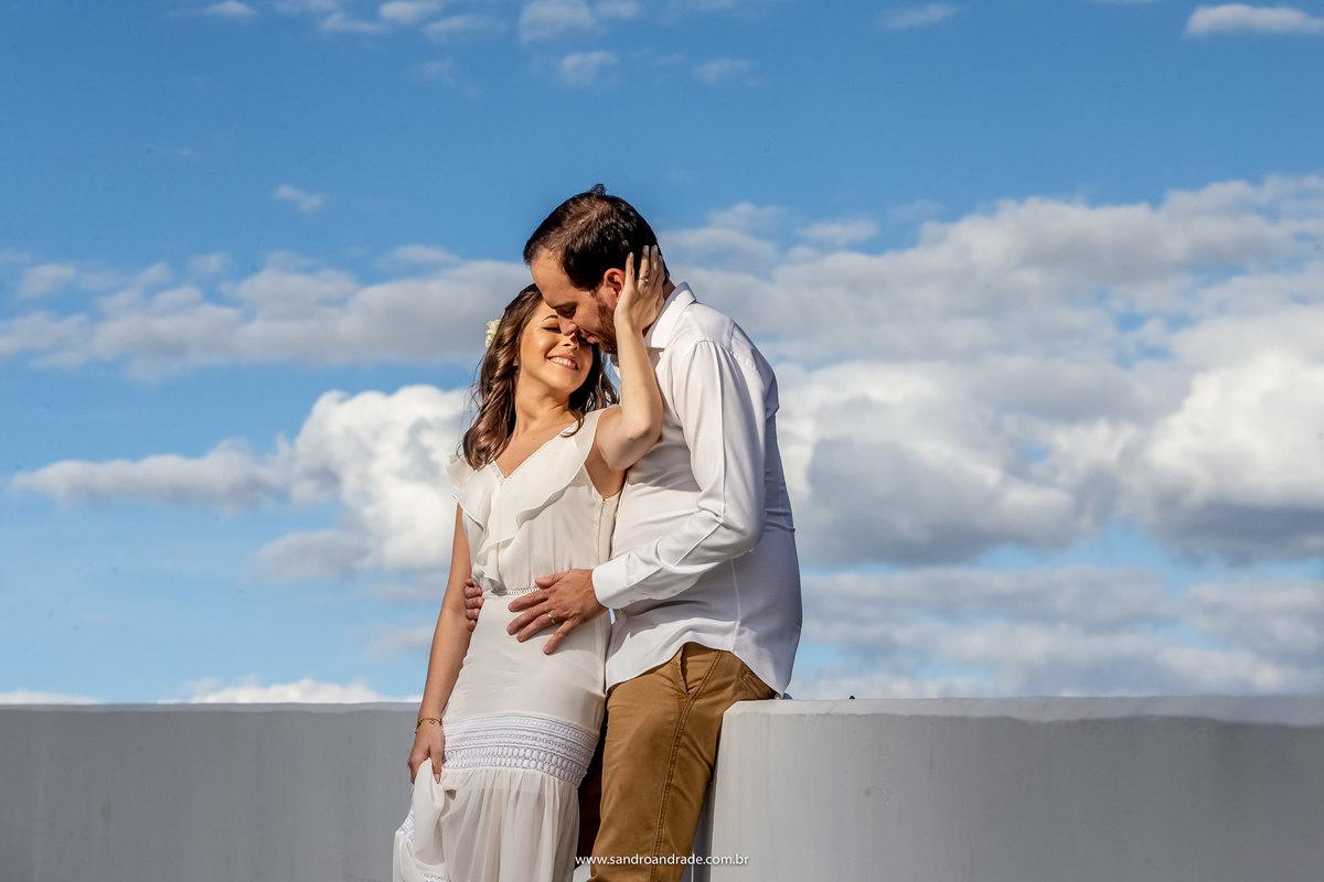 Um retrato básico, eles estão bem juntinhos no museu nacional, sentados no muro e com o céu e muitas nuvens de fundo, o fotografo de casamento Sandro Andrade arrasou.