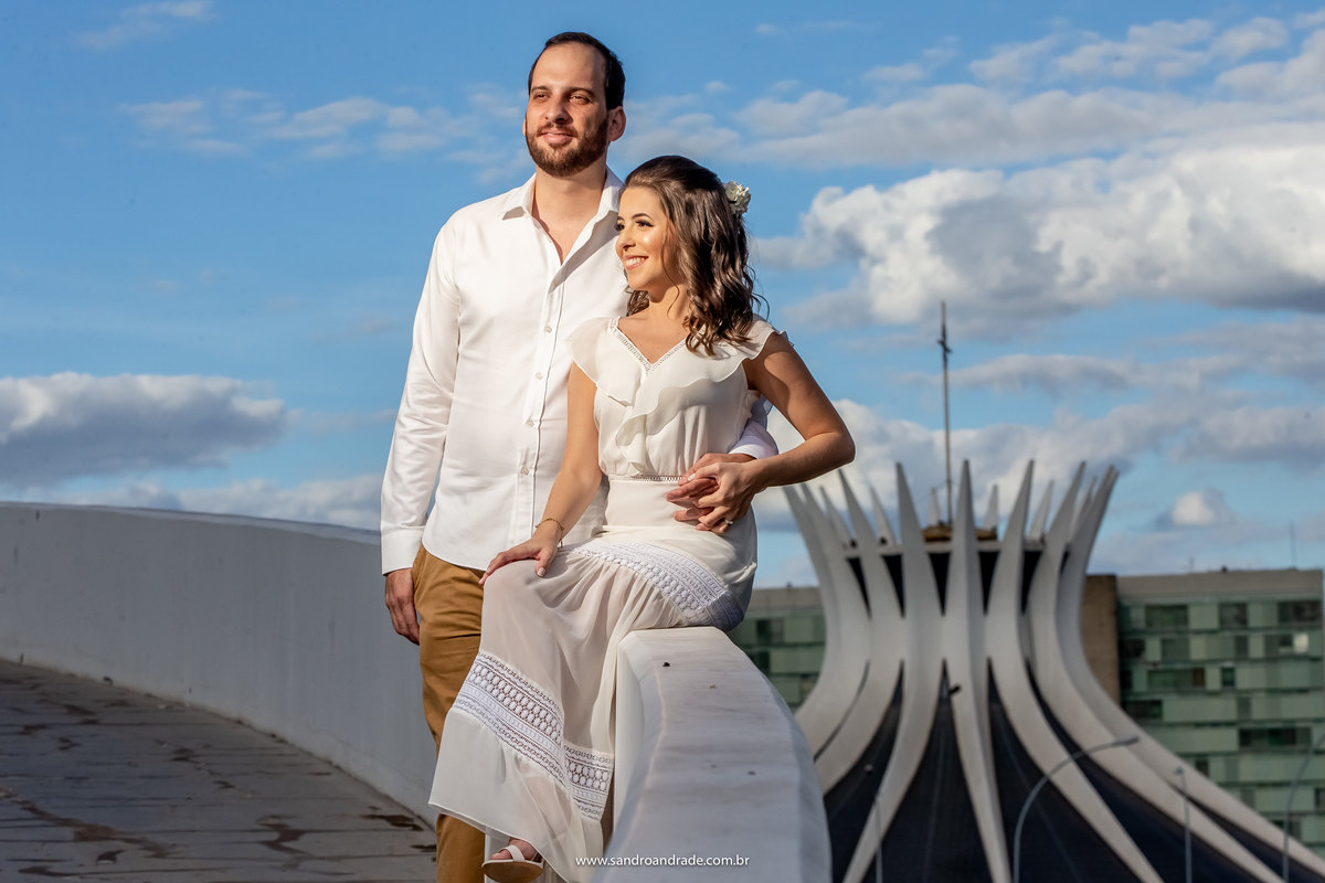 Ainda no museu nacional Sandro Andrade compõe esta fotografia do casal com a catedral de fundo.
