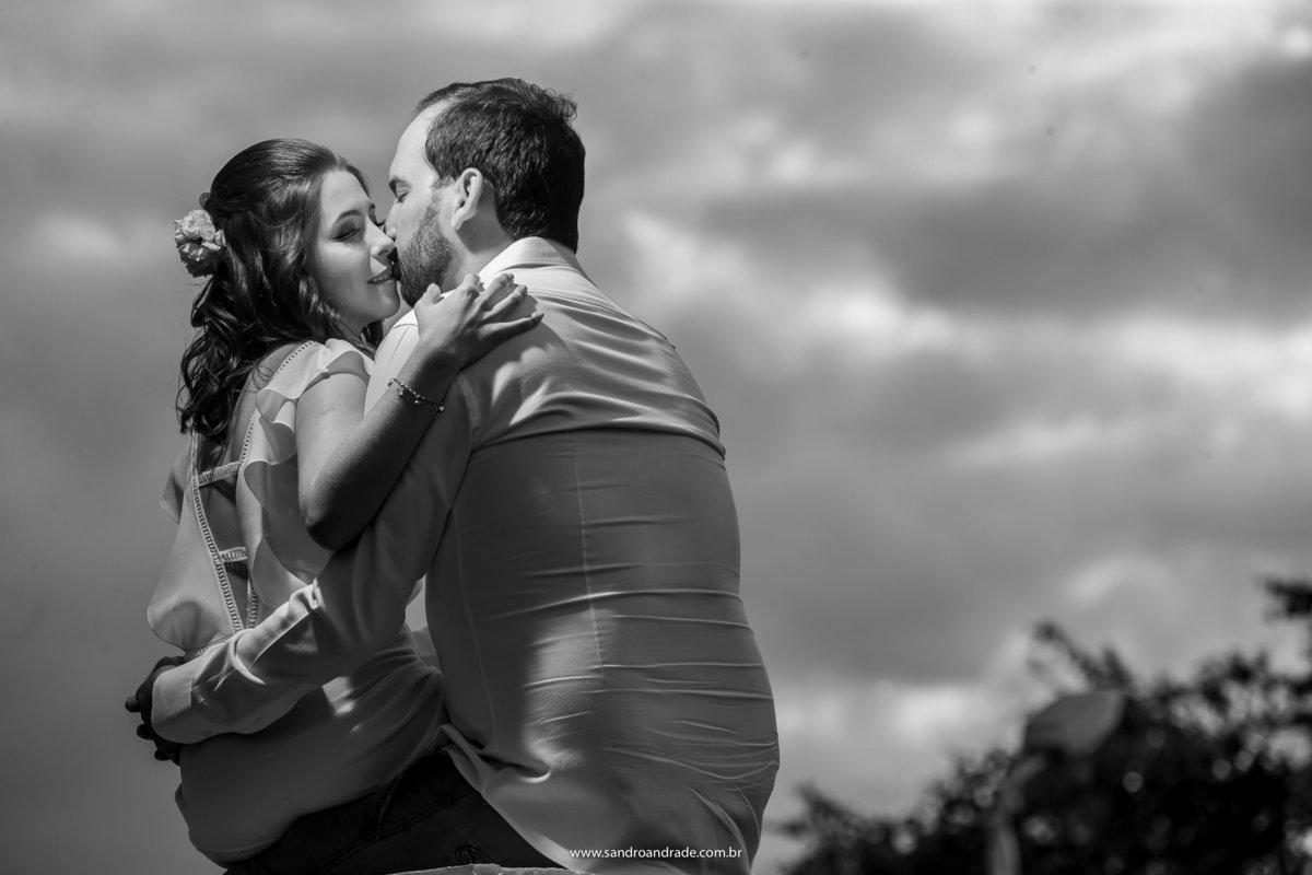 Com um beijinho no canto da boca de sua amada, Paulo segura Luciana em seu colo, o céu, eles e mais nada.