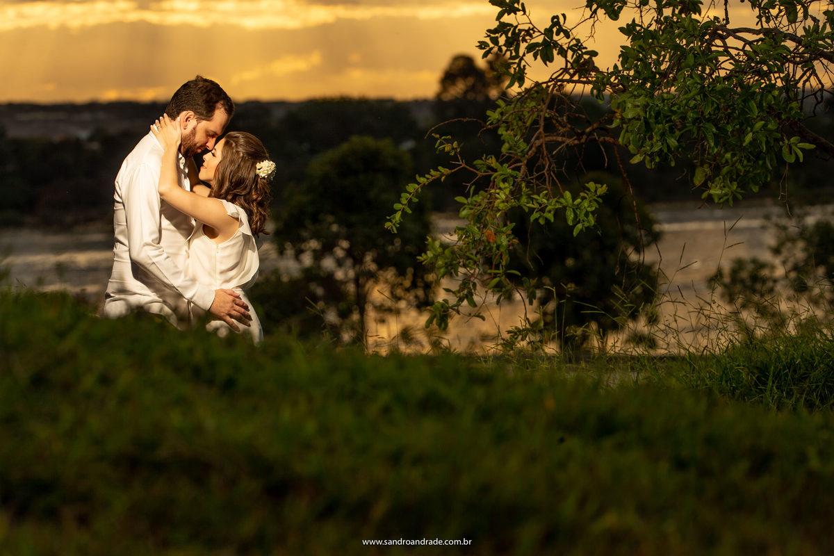 Fotografo de casamento...é uma bela profissão, retratar os casais é tudo de bom. Por do ol na Ermida Dom Bosco no lago sul e o casal quase se beijando.