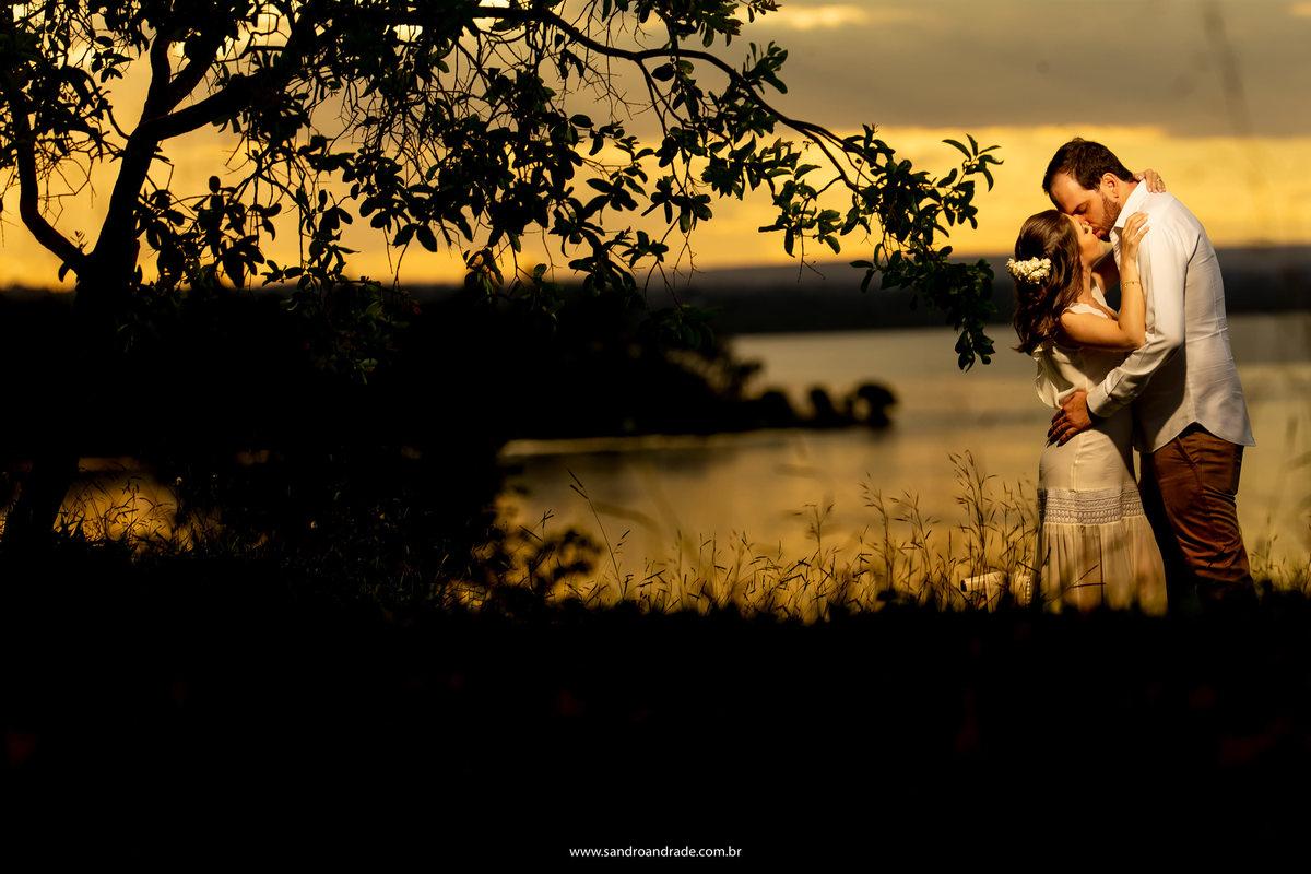 Um beijo lindooo e um por do ol maravilhoso para recordar nesta fotografia a beira do lago.