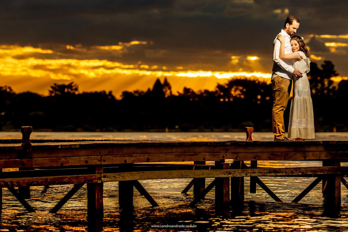 Mais uma belíssima fotografia do casal, com um por doo sol maravilhoso no píer da Ermida, o casal abraçadinho, o fotógrafo profissional em Brasilia - bsb - df, não mediu esforços para esta fotografia linda.