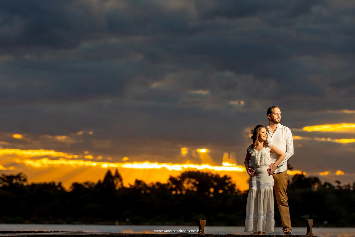 Os melhores fotógrafos de casamento do DF, Sandro Andrade faz cada fotografia mais linda que a outra, por do sol, os noivos, nuvens, o lago, o píer e muita técnica de luz usada nesta fotografia com luz artificial.