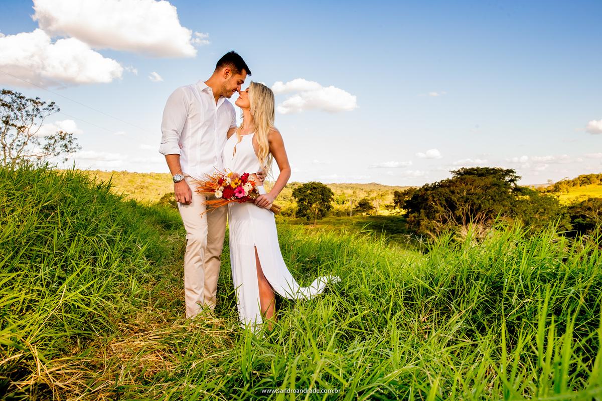 Troca de olhares e muito amor, é o que vemos nessa foto, alem de um indo céu azul e muito verde.