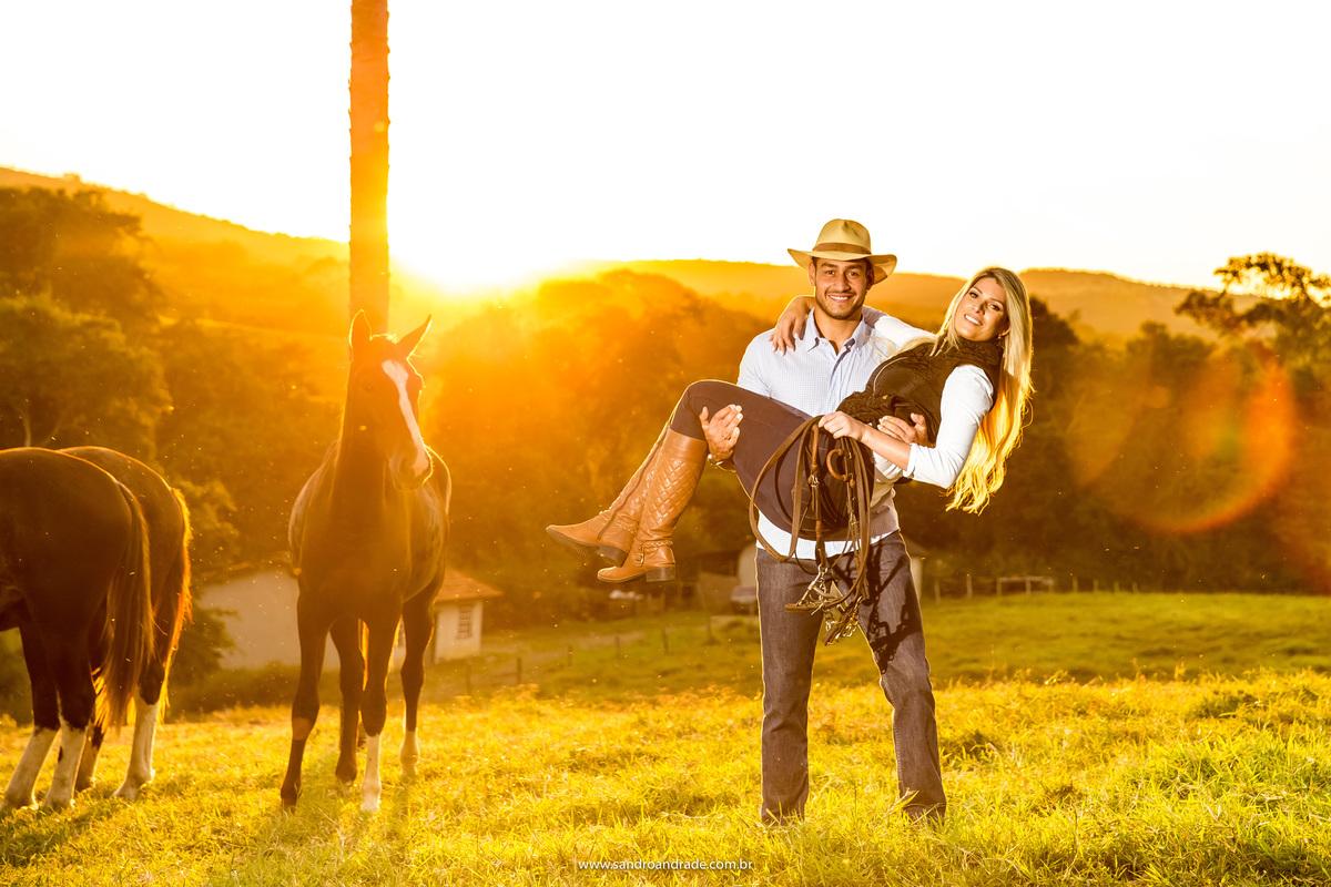 Como todo bom cavalheiro, ele esta com sua amada no colo e ambos olham para o fotografo Sandro Andrade nosso fotografo premiado de Brasilia, em composição um lindo por do sol e os cavalos, tudo em tom amarelado.