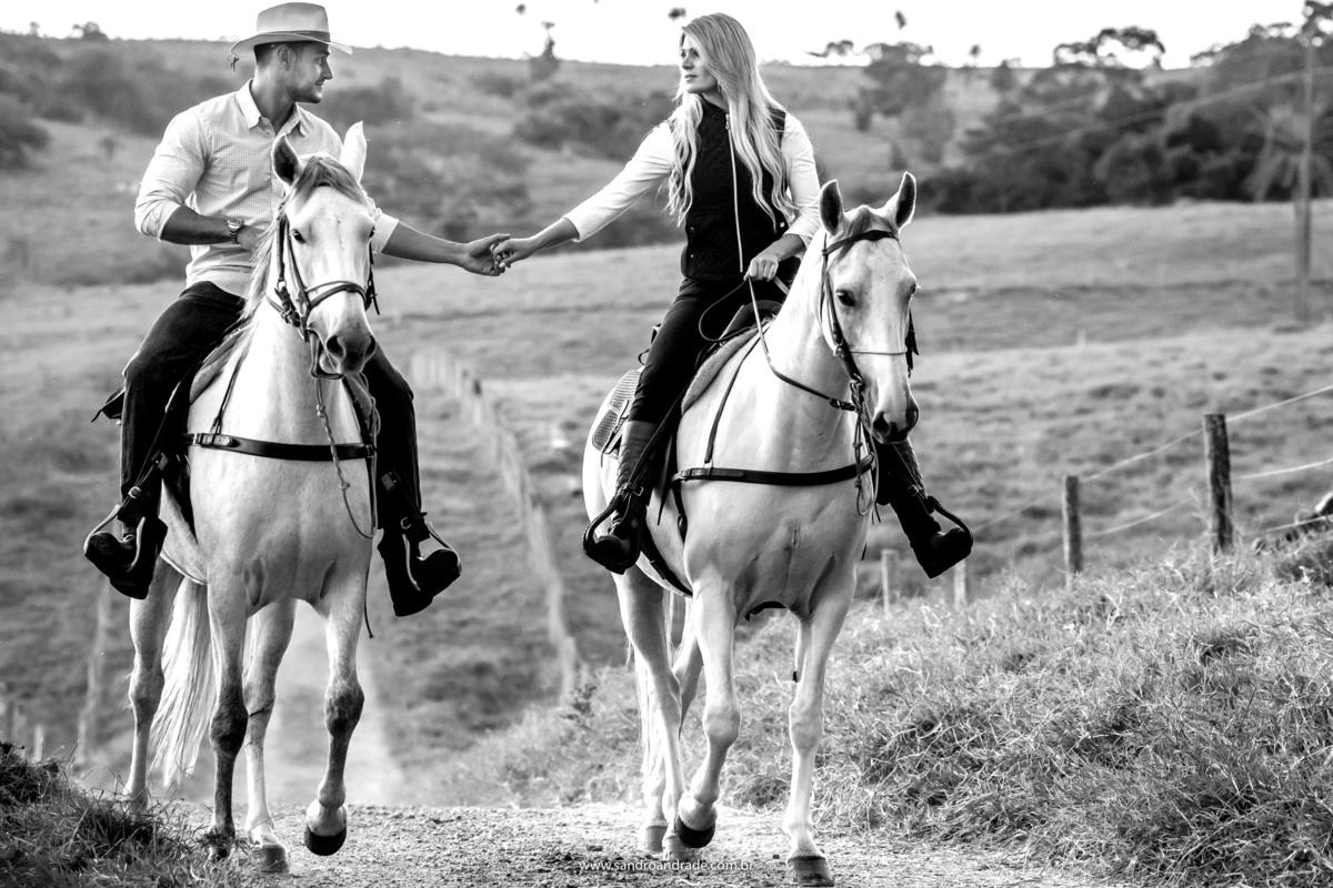 Em cima dos cavalos ainda, eles estão voltando de mãos dadas, retrato do casal em PB. Faltam palavras para descrever esta foto.