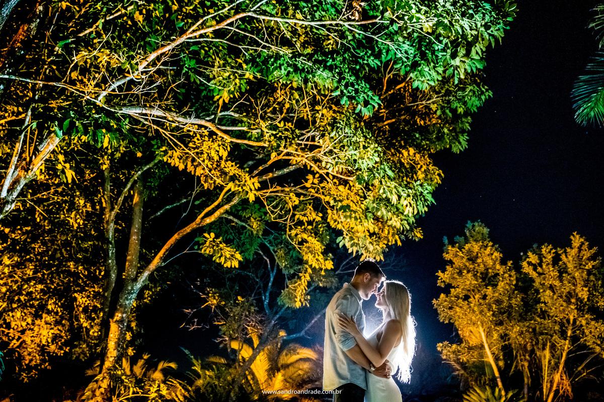 Finalizando o ensaio, o nosso fotógrafo de Bsb, usa das luzes para fazer uma fotografia diferente. Sandro Andrade iluminou as árvores com flashs em cor amarela e o casal no centro com um flash de contra luz, lindos e apaixonados, um resultado magnifico.