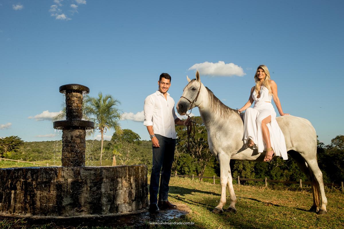 Ainda no mesmo local, eles posam para foto com o cavalo.