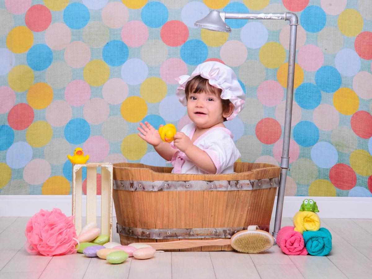 sessão de banho, toalha, sabonete, banheira, chuveiro, cores, patinhos, touca, bebê de olho claro.