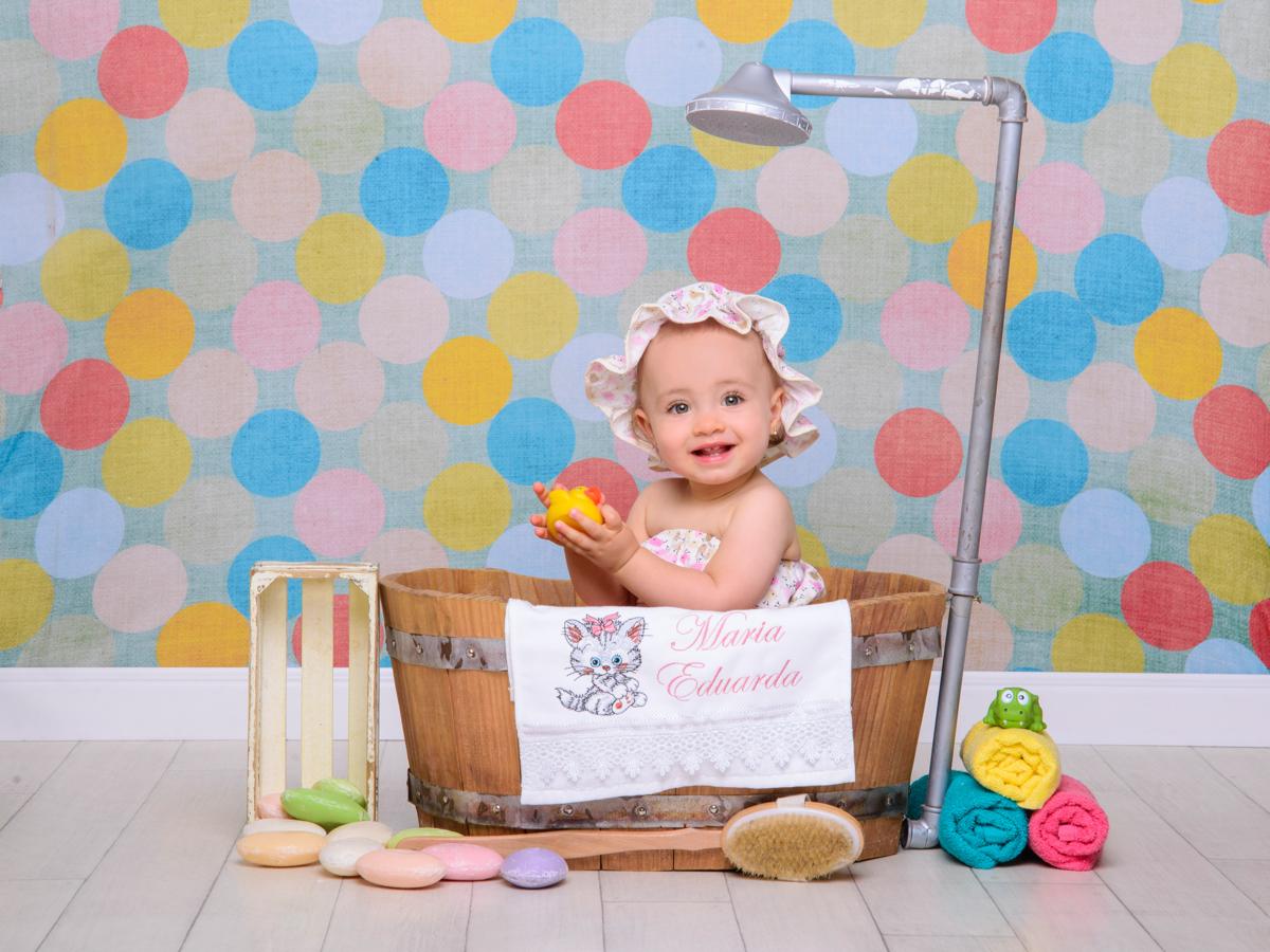 sessão de banho, toalha, sabonete, banheira, chuveiro, sabão, espuma, cores, esponja, brincadeiras.