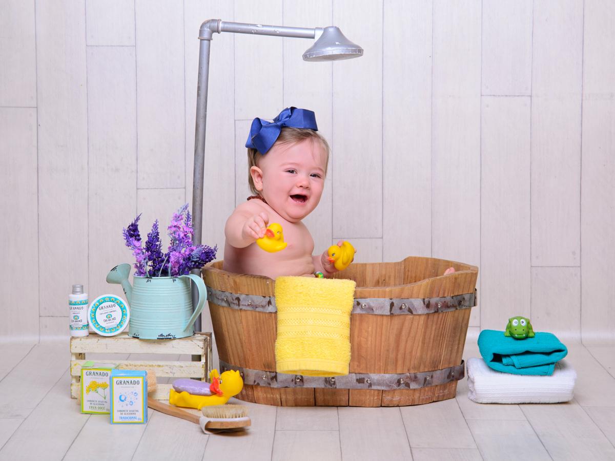 sessão de banho, toalha, sabonete, banheira, chuveiro, patinhos, laço, brincadeira.