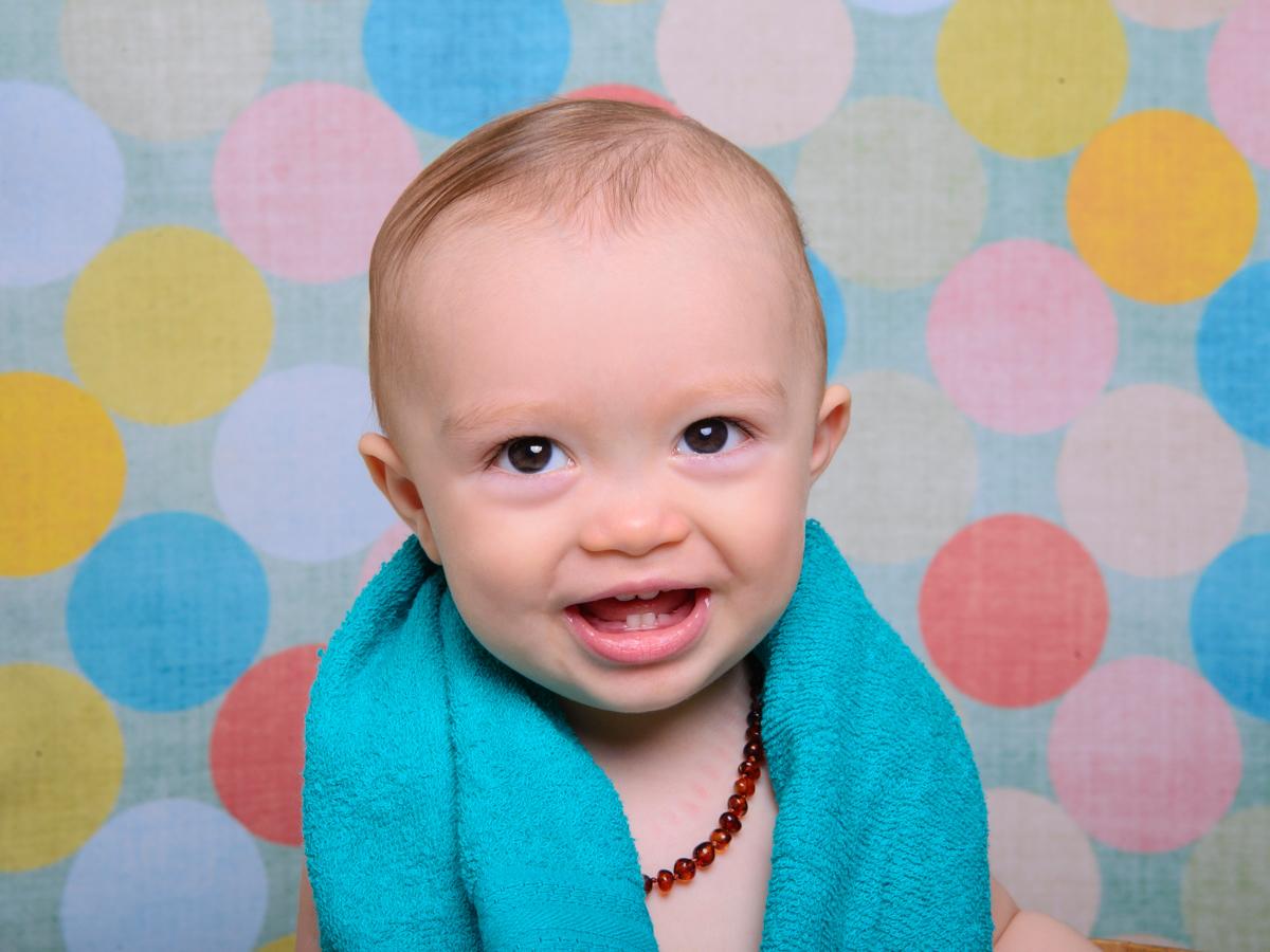 sessão de banho, bolas coloridas, dentes , risada, bebê loiro.