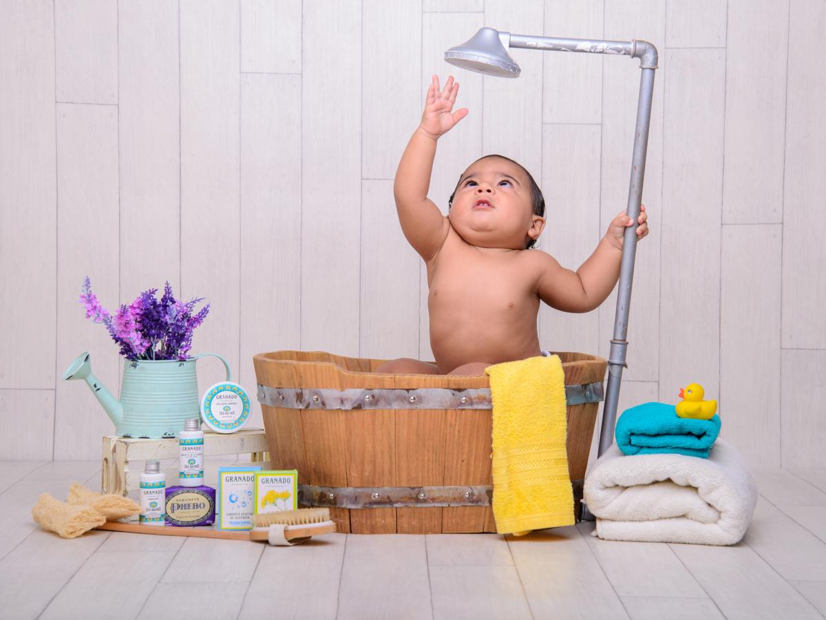 sessão de banho, toalha, sabonete, banheira, chuveiro, sabão, descoberta, bagunça.