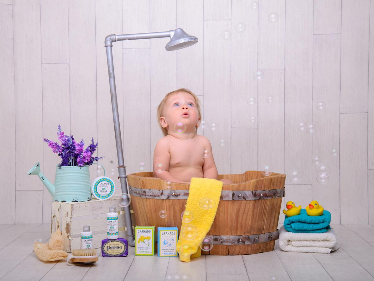 sessão de banho, toalha, banheira, chuveiro, sabão, espuma, bolha de sabão, patinhos, regador, bucha de banho.