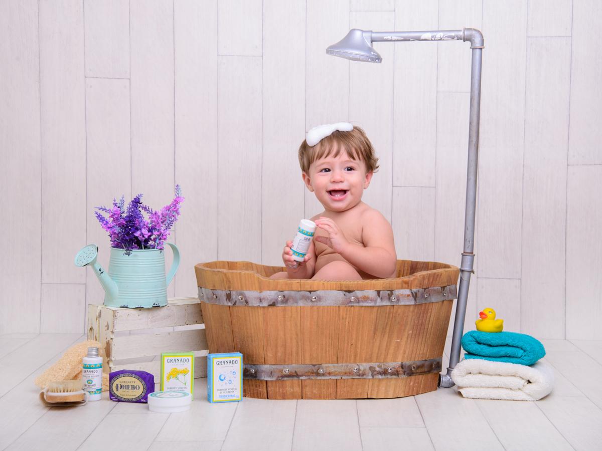 sessão de banho, toalha, sabonete, talco, banheira, chuveiro, espuma, talco.