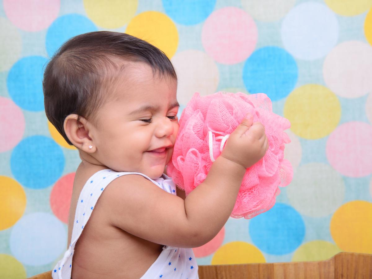 sessão de banho, cores, bebê de brinco, roupa de bolinhas.