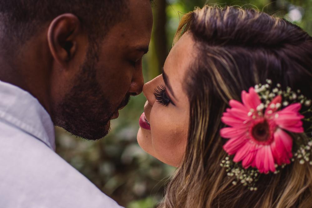 Fotografia de casal. Ensaio pré casamento realizado no Parque da Fonte Grande em Vitória - ES.